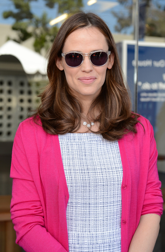 e35916ec1b Jennifer Garner looked retro-chic in these clear wayfarer sunglasses.