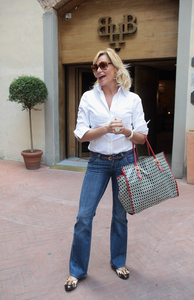 Simona Ventura's blue jeans had a timeless appeal, especially when paired with a crisp white shirt.