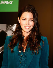 Jessica Biel's natural beauty is unmistakable! The actress completed her teal suit with loose, effortless waves. Jessica's dark amber hue is perfect for her complexion.