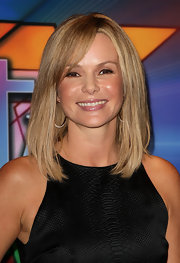 Amanda Holden looked classy with glossy neutral-toned lips. She completed her minimal makeup with a swipe of black eyeliner. We love this natural beauty look on the TV host.