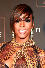 Kelly Rolland looked super sexy in her leopard print top. She completed her roaring look with a deep smoky eye.