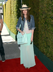 Louise Roe matcher her oversized bag to her skirt for an effortless look on the red carpet.