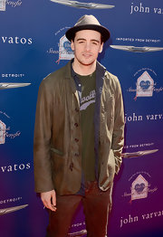 Vincent Piazza layer a brown leather jacket over a button down and t-shirt for a super cool and casual red carpet look.