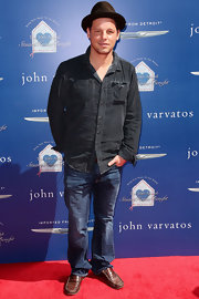 Justin Chambers wasn't afraid of denim on denim as he showed when he paired this dark denim shirt with classic-wash jeans.