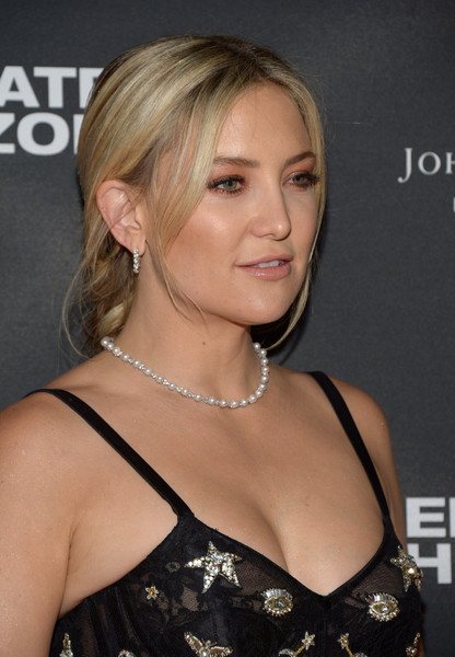 Kate Hudson stayed classic with a pearl necklace.