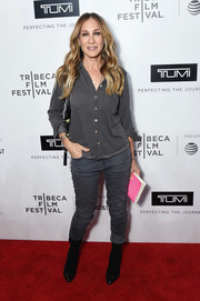 Sarah Jessica Parker completed her monochromatic outfit with gray skinny jeans.