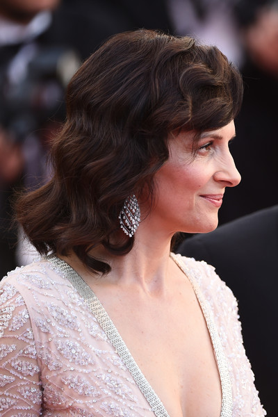 Juliette Binoche Medium Wavy Cut