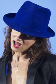 Juliette Lewis attended the Belvedere Vodka party in Madrid wearing a royal-blue fedora.