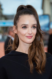 Charlotte Le Bon looked sweet wearing this high, wavy ponytail at the Deauville American Film Festival closing ceremony.