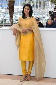 Nandita Das looked lovely in sunny yellow when she wore this tunic and matching skinny pants.