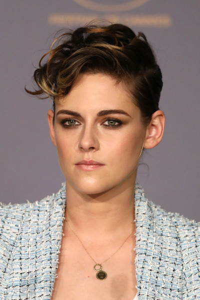 Kristen Stewart finished off her look with a delicate gold pendant.
