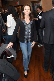 Diane Lane completed her casual look with a pair of blue jeans.