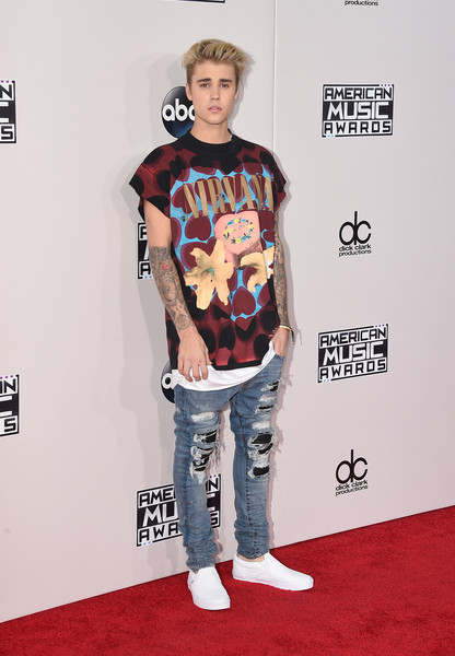 Justin Bieber Graphic Tee [clothing,carpet,red carpet,t-shirt,fashion,footwear,flooring,shoulder,cool,premiere,arrivals,justin bieber,american music awards,microsoft theater,los angeles,california]