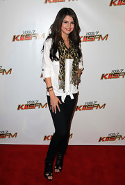Selena wore a leopard print scarf on the red carpet with this stylish ensemble.