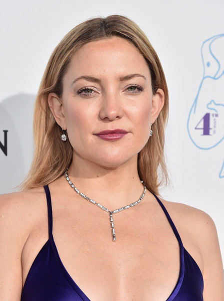 Kate Hudson adorned her bare neckline with a lovely diamond Y-drop necklace by Harry Winston.