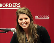 Katherine Schwarzenegger looked super casual during her book signing. She kept her makeup natural and sweet with blush lipstick. It had just the right amount of color and shine for a relaxed vibe.