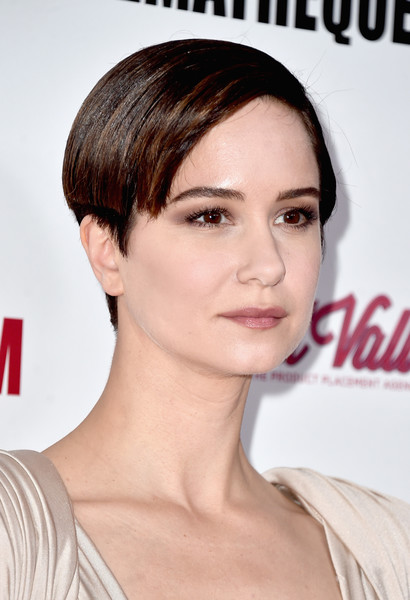 Katherine Waterston Boy Cut [hair,face,hairstyle,eyebrow,chin,lip,skin,shoulder,forehead,beauty,arrivals,katherine waterston,beverly hills,california,the beverly hilton hotel,american cinematheque awards gala]