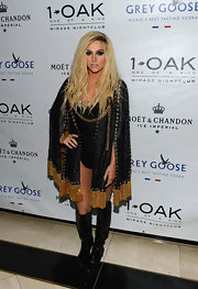 Kesha mixed boho with glam rock when she wore a black-and-gold cape.