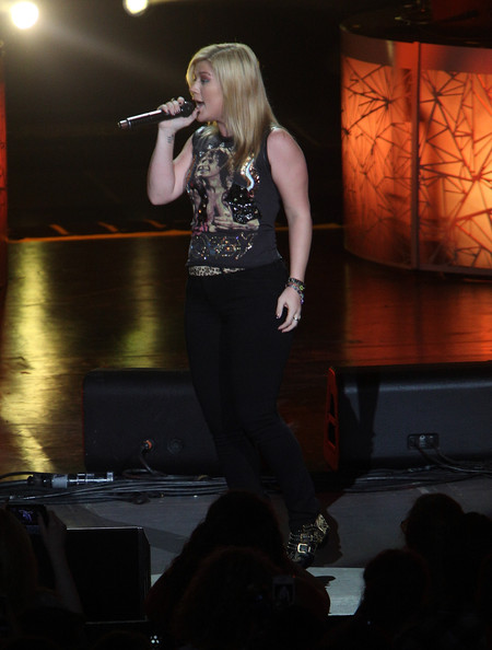 More Pics of Kelly Clarkson T-Shirt (1 of 28) - Kelly Clarkson Lookbook - StyleBistro