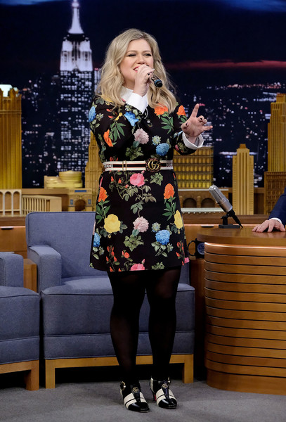 Kelly Clarkson covered up her legs in a pair of black tights.