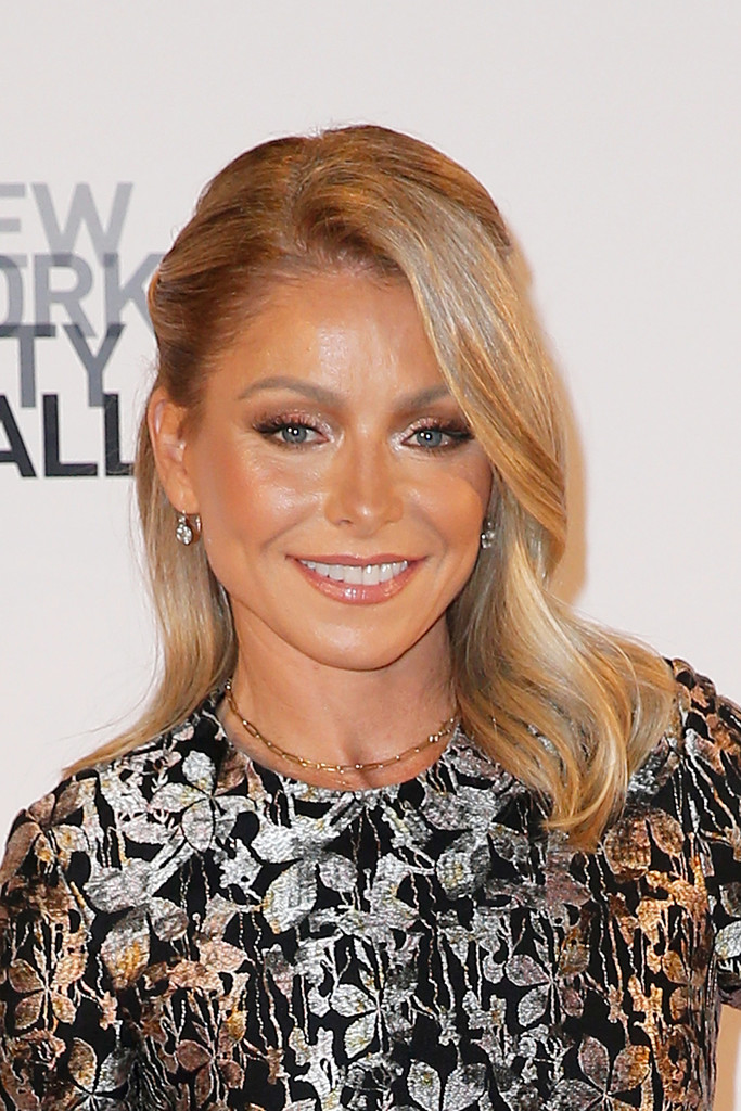 Kelly Ripa Medium Wavy Cut Kelly Ripa Looks Stylebistro