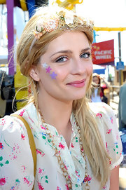 Actress Mischa Barton showed her fun spirit at the Make A Wish Foundation wearing a flowered head ban and a side ponytail. She even painted her face to show her dedication to the event