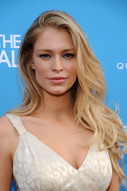Cynthia Kirchner looked sensational on the red carpet in her blonde curls.