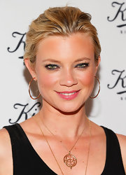 Amy Smart lined her lids with a vibrant blue color to make her green eyes stand out.