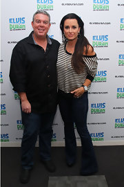 Elvis Duran looked handsome and refined in a snazzy black button-down shirt.