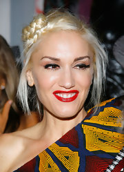 Neutral eyeshadow makes Gwen Stefani's thick eyeliner pop.