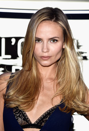 Natasha Poly wore her hair loose with a side part and feathery ends during the L'Oreal Paris Blue Obsession party.