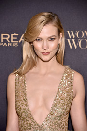Karlie Kloss wore her hair down with a side part and flippy bangs at the L'Oreal Paris Women of Worth celebration.