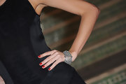 Miranda Kerr added a classic touch to her elegant look with cherry red nail polish.