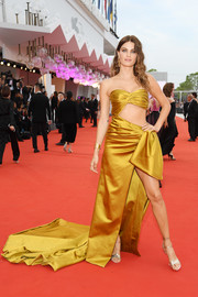 Isabeli Fontana polished off her look with strappy gold heels by Roger Vivier.