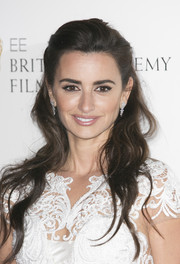 Penelope Cruz looked youthful and sweet wearing this wavy half-up style at the Lancome BAFTA nominees party.