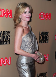 Julie Bowen added sparkle to her lovely look with a twinkling rhinestone embellished clutch.