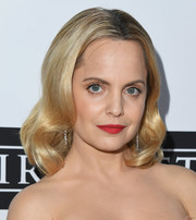 Mena Suvari showed off vintage-glam curls at the Last Chance for Animals benefit.