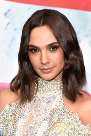 Gal Gadot sported a subtly wavy center-parted 'do at the 'Batman v Superman' premiere.