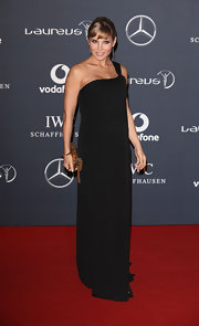 Elsa Pataky looked gorgeous in this black column dress at the Laureus World Sports Awards.