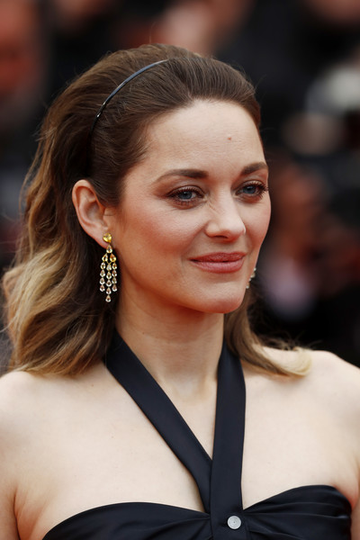 Marion Cotillard looked lovely with her teased waves at the 2019 Cannes Film Festival screening of 'La Belle Epoque.'