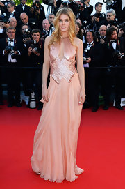 Doutzen stunned in a blush-colored flowing gown at the red carpet of 'Le Passe' at Cannes Film Festival.