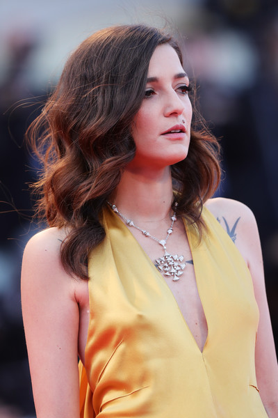 Eleonora Carisi amped up the glamour with a diamond chandelier necklace.