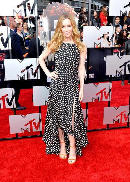 Leslie Mann Evening Sandals [flooring,carpet,red carpet,shoulder,fashion,fashion model,design,pattern,long hair,fashion design,arrivals,leslie mann,mtv movie awards,nokia theatre l.a. live,los angeles,california]