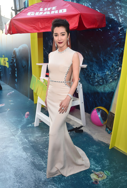 Li Bingbing Cutout Dress [warner bros. pictures and gravity pictures premiere,the meg,white,umbrella,shoulder,dress,lady,clothing,yellow,beauty,pink,skin,red carpet,li bingbing,california,hollywood,tcl chinese theatre imax,premiere]