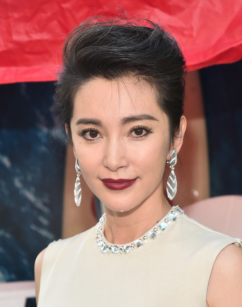 Li Bingbing Pompadour [warner bros. pictures and gravity pictures premiere,the meg,hair,face,eyebrow,hairstyle,beauty,chin,skin,lip,forehead,lady,red carpet,li bingbing,california,hollywood,tcl chinese theatre imax,premiere]