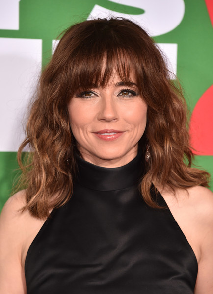 Linda Cardellini Medium Wavy Cut with Bangs [daddys home 2,hair,face,hairstyle,bangs,brown hair,beauty,chin,hair coloring,blond,layered hair,arrivals,linda cardellini,california,westwood,the regency village theatre,paramount pictures,premiere,premiere]