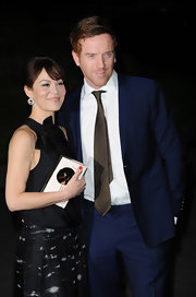 A classic solid brown tie with a slight metallic hint made Damian Lewis' red carpet look pop.