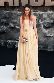Amber Le Bon's creamy gown featured a bold brooch on the ruched bodice for a touch of romantic flare.