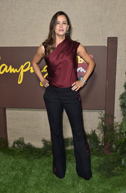 Jennifer Garner finished off her outfit with a pair of black side-striped trousers.