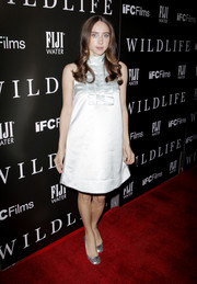 Zoe Kazan complemented her dress with a pair of metallic round-toe pumps.